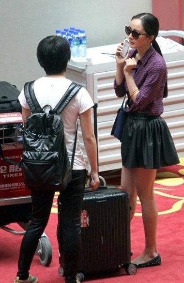 紫色衬衫配黑色短裙简单大方