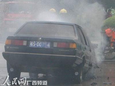 交警消防共同处理车辆自燃事故