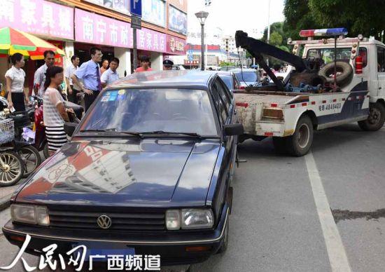 市民小韦由于违章停车,机动车被清障车拖走