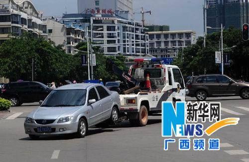 南宁长湖路,一违规停放路边的车辆被拖走。