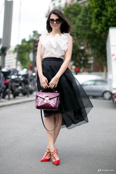 黑色纱裙打造甜美装扮