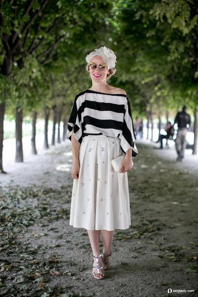 露肩横条T恤搭配白色褶裙