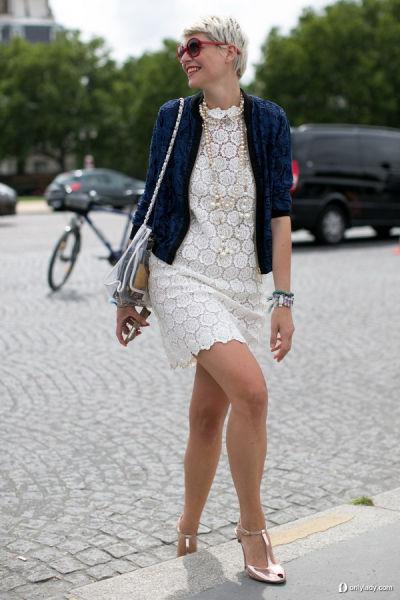 白色蕾丝洋装搭配蓝色蕾丝外套