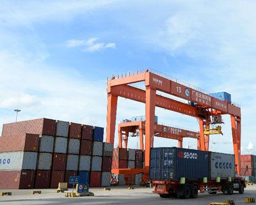 广西北部湾港钦州港区堆满货物集装箱