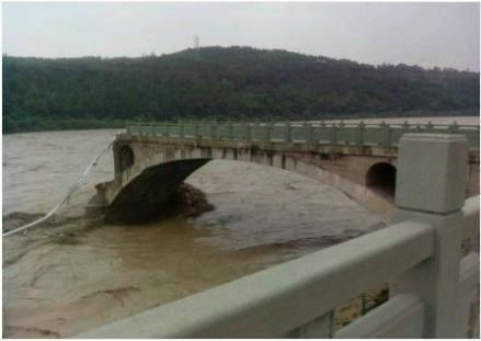 四川绵阳一大桥垮塌行人车辆坠河