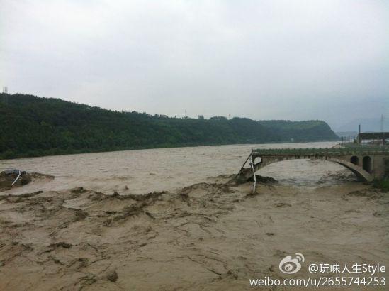 大桥垮塌后河水流状