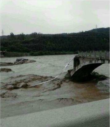大桥垮塌后的场景
