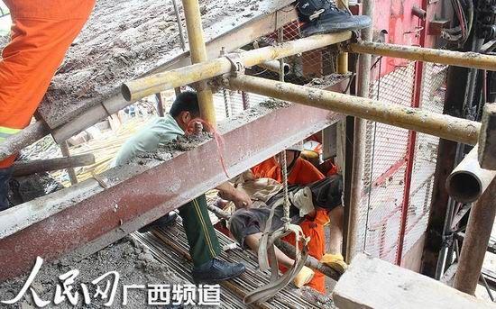 消防人员营救出事工人