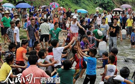 村民在闹鱼节中枪鱼