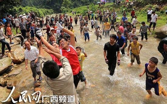 少数民族村民在小溪抢鱼