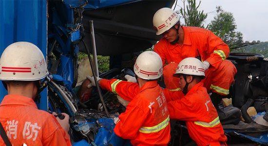 消防人员营救被困人员