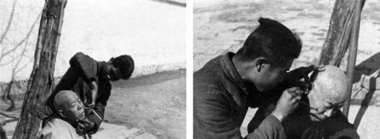 1947年桂林街头,剃头匠在为一老者刮脸、掏耳朵