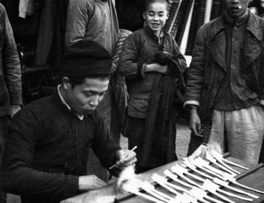 1950在桂林街头制售手工牙刷的本地人