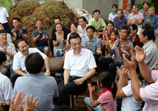 7月9日,李克强与坛良村村民交谈