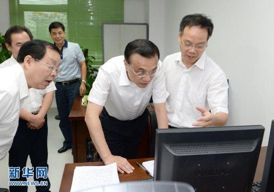 7月10日,李克强在自治区发改委调研行政审批取消和下放问题。