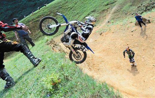 参赛选手冲上坡顶(受访者供图)