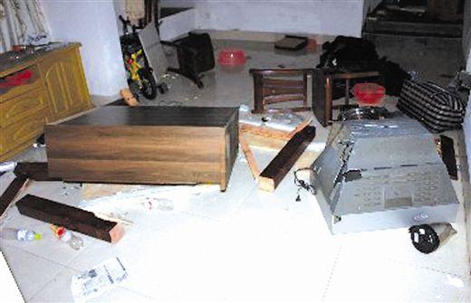 房屋的电视等物品被砸坏 南国早报记者 苑长军摄