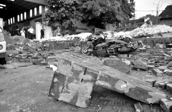 围墙倒塌现场