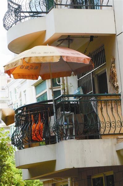 业主用雨棚材料把阳台围得严实