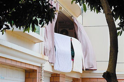 业主在阳台挂上布帘