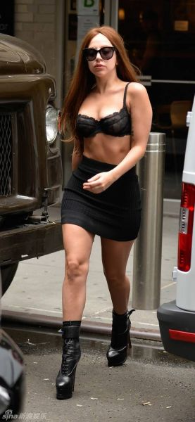 LadyGaga仅穿胸罩逛大街大秀瘦身成果(组图)