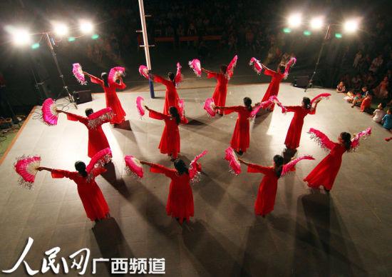 一群农村业余文艺队员在舞台上表演文艺节目