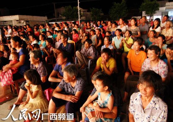 当地村民在舞台边观看文艺演出