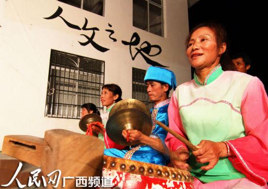 农村业余文艺队员在舞台上表演文艺节目