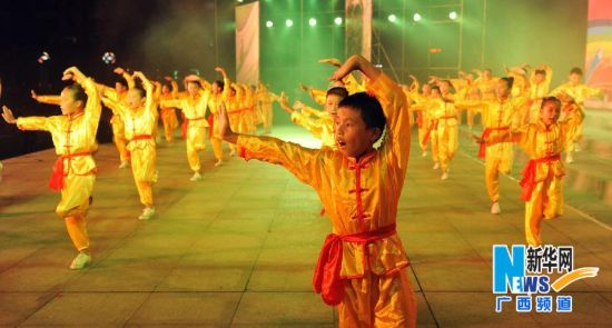 来自田东县不同学校的孩子们聚集广场一起练习武术