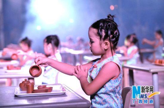 孩子们在田东县跟随老师练习茶艺基本功