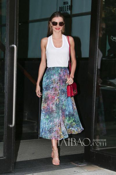 米兰达·可儿 (Miranda Kerr)搭配红色小包