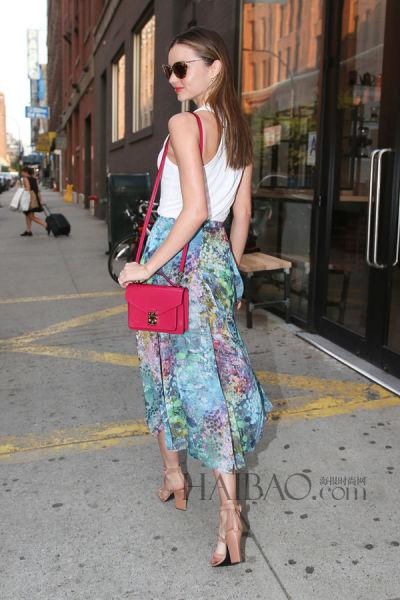 Topshop的Maxi印花半裙打造自己的出街Look