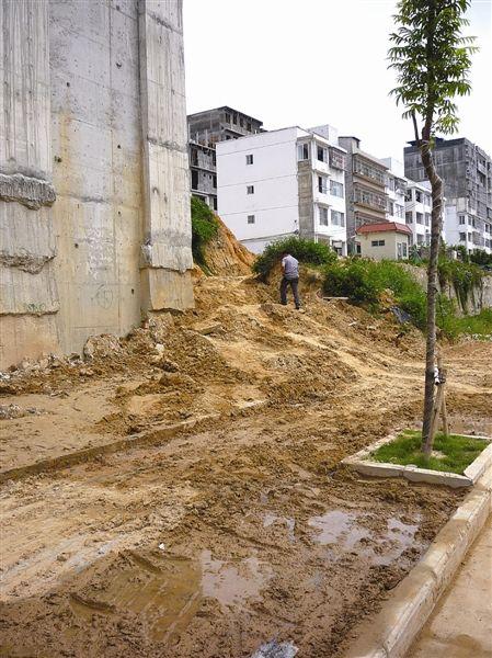 挡土墙缺口处,有大量的泥土坍塌下来