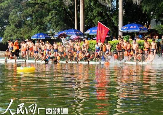 选手们跳入水中
