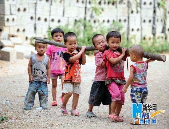 几名小孩在一起玩耍