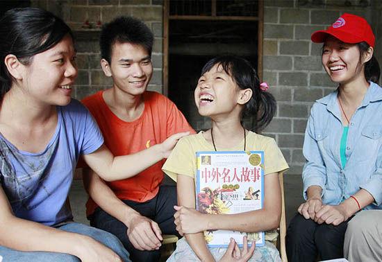 广西大新:大学生关注农村留守儿童问题