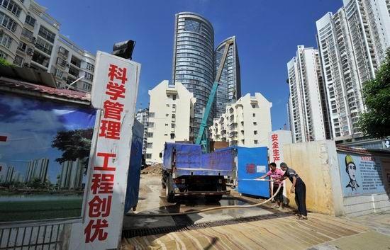 自治区侨办的职工住宅工程项目工地门口(6月29日摄)。