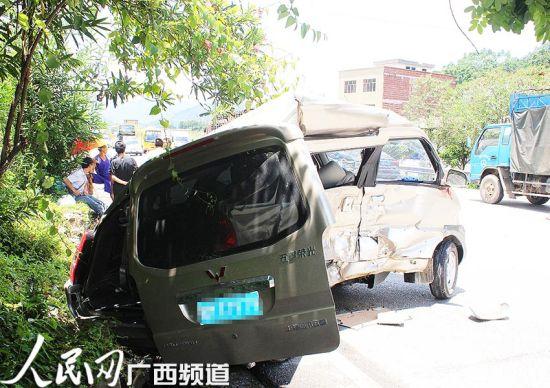 事故现场的微型客车已经被撞至变形,后车门更是直接歪出车体。