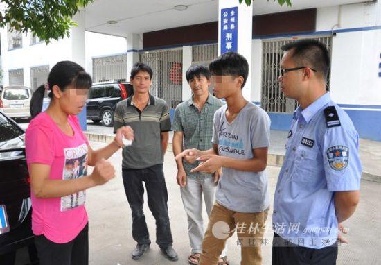 蒋红(左一)正在与儿子交流。通讯员谢裕壁 摄