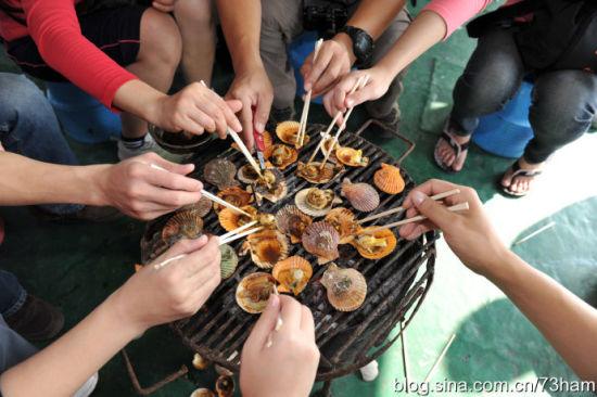 在游轮上的游客自己考海鲜吃 图片来源:新浪博客