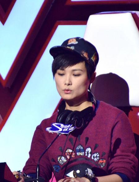 李宇春穿Kenzo品牌眼睛系列现身快乐男声20强第三场评委席