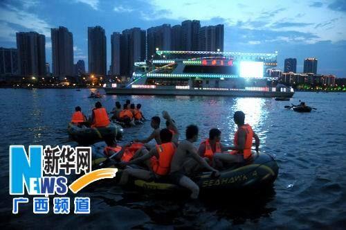 市民划皮筏艇在柳江航道内嬉水