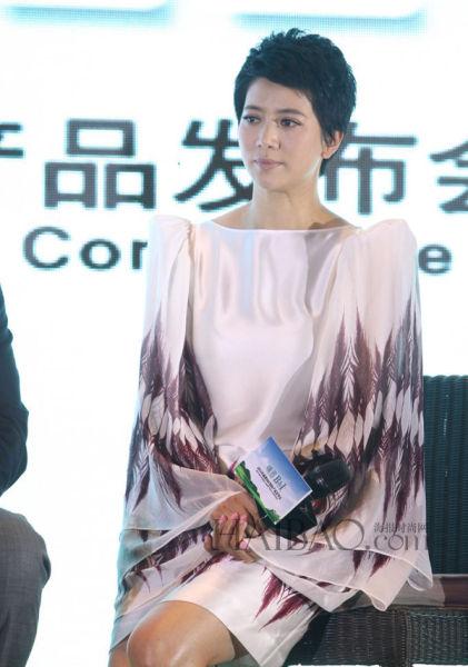 袁咏仪现身上海为某品牌站台做代言