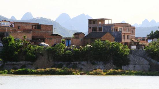 路过的百色乡下居民楼 图片来源:新浪博客