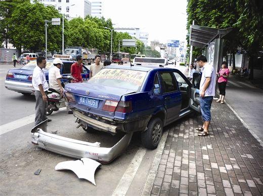 出租车被追尾后失控,最后停跨在公交站台的边沿处。 南国早报记者 王艳群摄