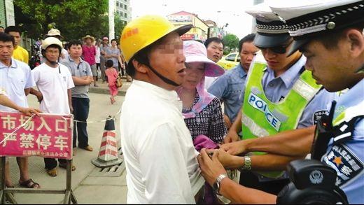 交警对男子进行检查,发现他腰间别有刀。 卢满红摄