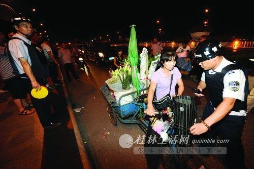 执法队对桂林解放桥摊点进行整治