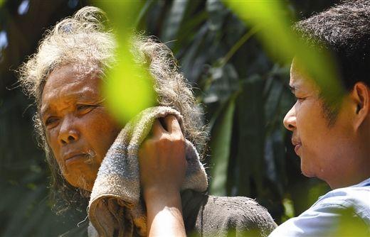 父亲蜗居山野半年儿子每日送饭上山