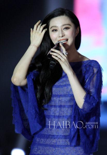 蓝色蕾丝裙使腰身更显宽胖