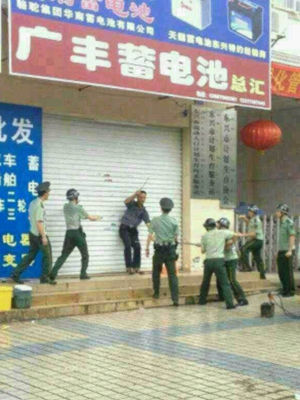 现场武警将疑似持刀行凶男子团团围住(网友供图)